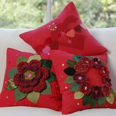 Μαξιλάρια διακοσμημένα με πλεκτά λουλούδια