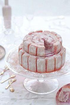 Sous sa coque de biscuits roses de Reims, cette charlotte royale recèle un coeur de glace au yaourt, marbré de compote à la rhubarbe et de coulis framboise. Un beau mariage.