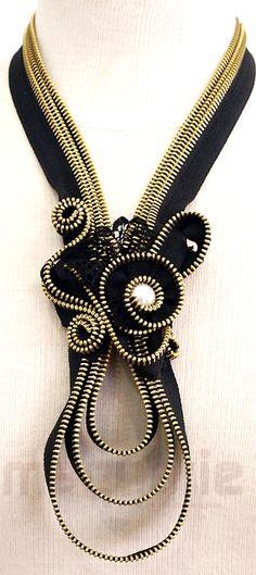 Collar with zipper. - Collar con cremallera.