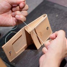 Aさんからご依頼の特注品、イタリアで鞣された『ブッテーロ』という革を使用した生成りのコインケース弐型となります。大変繊維が細かく、革包丁でカットしただけでも切り口が光るほどです。 パーツにくも舎のロゴマークを打刻し、コバ(革の断面)を磨き上げていきます。