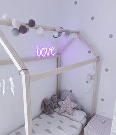 Letrero Neon   #tiendaonline #decoracionnordica #nordicdeco #decoracioninfantil #infantil #kidsroom #nursery #habitacionbebe #habitacionniños #cuartodejuegos #lightbox #cojinesinfantiles #regalosreciennacido #nordicstyle #escandinavian #bedhouse #camacasa