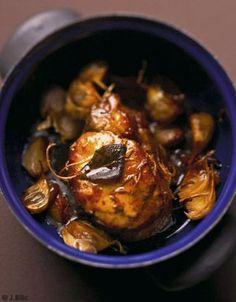 Recette Filet de porc confit à l'ail : Allumez le four sur th. 6/180°. Lavez les feuilles de sauge et séchez-les.Séparez les gousses d'ail des têtes ...