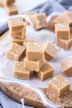 This Salted Caramel Fudge is a smooth, creamy easy caramel fudge with a sea salt topping This Salted Caramel Fudge is a smooth and creamy easy caramel fudge with a sea salt topping. Fudge is also perfect for food gifts. Candy Recipes, Sweet Recipes, Baking Recipes, Homemade Fudge, Homemade Chocolate, Chocolate Tarts, White Chocolate Fudge, Homemade Food Gifts, Homemade Marshmallows
