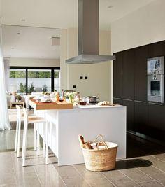 Isla de cocina grande. Cocina moderna con campana extractora.