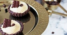 Tartaletky jsou mé oblíbené dezerty na rodinné oslavy, pokud tedy nepeču dort. Příprava je snadná a rychlá, navíc mají bezpo... Quiche, Amazing Cakes, Food And Drink, Cupcakes, Desserts, Peta, Advent, Pies, Kitchens