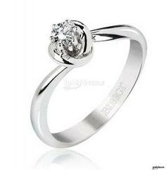 Un prezioso anello con diamante ...
