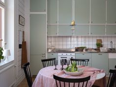Scandinavian Apartment, Scandinavian Home, Retro Tapet, Kitchen Dining, Dining Room, Gravity Home, Wooden Flooring, House Rooms, Kitchen Interior