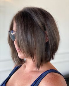 Look incredible with this simple, fresh-looking chop! Amp up your style while rocking a hot short bob, ideal for dark and straight locks. Short Length Haircuts, Medium Straight Haircut, Short Layered Bob Haircuts, Brown Straight Hair, Haircuts Straight Hair, Inverted Bob Hairstyles, Short Hair Lengths, Short Hair With Layers, Short Straight Bob