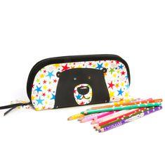 Trousse enfant grande ouverture, pour trouver facilement tous ses crayons, en tissu étoiles multicolores et motif ours, doublée, 20x6x10 cm Pot A Crayon, Toddler Gifts, Couture, Crayons, Fabric Patterns, Cotton Canvas, Back To School, Zip Around Wallet, Etsy