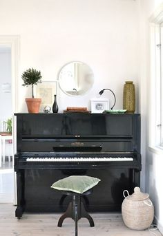 piano in high gloss black.hmmmmm piano refinish project this is what i want mine to look like! Piano Living Rooms, Home Living Room, Upright Piano Decor, Piano Room Decor, The Piano, Painted Pianos, Black Piano, Deco Studio, Old Pianos