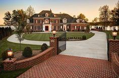 65 идей кирпичных домов (фото, проекты): классика частного домостроения http://happymodern.ru/kirpichnye-doma-proekty-foto/ Кирпичные дом и забор, выполненные в одном стиле, смотрятся очень красиво