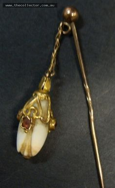 Lot 311 - 2 x gold jewellery items Yellow and rose gold stick pin with deer tooth dangle & 9ct circle pin c1900 etc