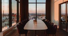 Clarion Hotel Helsinki tulee olemaan ykkösvalintasi, kun järjestät kokouksia, juhlia tai muita tilaisuuksia Helsingissä. Tervetuloa urbaanin Jätkäsaaren rannalle nauttimaan historian havinasta sekä kaupungin parhaasta näköalasta!