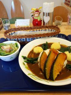 今日のお昼ご飯は冬野菜のカレーライスセットいただいています。