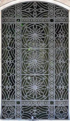 Metallic Sculpture : wrought iron gate in Barcelona