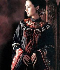 """Isn't this stunning? A """"Cheongsam"""" or """"Qi Pao"""" - more modern Chinese dress, with it's peak in the although they are still seen at special events today. Traditional Fashion, Traditional Dresses, Traditional Chinese, Cheongsam, Hanfu, We Are The World, Chinese Clothing, Chinese Culture, Chinese Style"""
