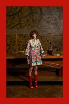 Fashion Week Milan Pre-Fall 2018 look 55 from the Gucci collection womenswear Colourful Outfits, Colorful Fashion, Cute Fashion, Autumn Fashion 2018, Fashion Week, Fashion 2017, Runway Fashion, Vogue Paris, Fashion Brands