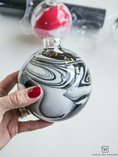 Black and White Marbled Glass Ornament Learn how to make DIY Marbled Ornaments to personalize your Christmas Tree this year. Learn how to apply gitter vinyl onto glass ornaments too! Painted Christmas Ornaments, Handmade Christmas Decorations, Christmas Diy, Christmas Bulbs, Homemade Christmas, Christmas Glasses, Christmas Projects, Christmas Cookies, Holiday Decor