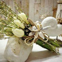 Bouquet di tulipani bianchi e conchiglie per il tuo matrimonio in spiaggia!  www.trattidamore.it   #trattidamore #weddings #beachwedding #tulip #weddingapulia #weddinginspiration #weddingideas #bouquet #matrimonioinpuglia #sposi #sposi2015 #sposi2016 #weddingdesigner #Puglia #Italy