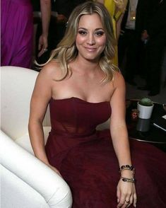 Kaley Cuoco braless wearing gorgeous red strapless dress at Annual Primetim Kaley Cuoco, Brunette Beauty, Celebs, Celebrities, Sexy Hot Girls, Beautiful Actresses, American Actress, Pretty Woman, Her Hair