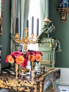 Chinoiserie Chic: Carolyne Roehm's Charleston Chinoiserie Room, looking at the little guy behind Saved by C Beau Classic Interior, Home Interior, Interior Decorating, Interior Design, Asian Interior, Design Design, Floral Design, Beautiful Space, Beautiful Homes