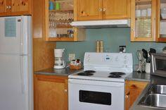 L'intérieur du Chalet le Malard.Cuisine complète, comptoir, îlot.