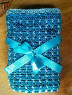 Dit dekentje is gehaakt met naald nummer 4, en 2 bollen van 100 gram 1 turquoise en 1 zeegroen. Afmeting: 67 x 60 cm Met turqu...
