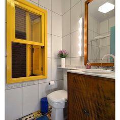 Pra quem amou a casinha toda colorida postada aqui essa semana, olha o banheiro dela! É pra morrer de amores, né? O que é essa janela, gente?  {Projeto @arquideias} #decoraçãopravocê #banheirodpv #decorarquideias