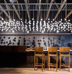 Xícaras penduradas e iluminadas fizeram o maior efeito neste restaurante. Veja outras ideias neste post