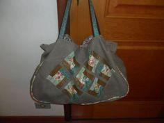 Bolsa de viagem em lona com detalhe em patchwork