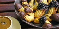 Σπιτικά πτι φουρ με μαρμελάδα βερίκοκο!!!! Η καλύτερη παρέα για τον καφέ σου, αφράτα πτι φουρ με αρωματική μαρμελάδα. Θα χρειαστείς 3 φλιτζ. αλεύρι 250 γρ. βούτυρο 1 1/2 φλιτζ. ζάχαρη άχνη 2 αυγά 2 βανίλιες μαρμελάδα Greek Sweets, Greek Desserts, Greek Recipes, Sweets Recipes, Candy Recipes, Cooking Recipes, Cookie Dough Pie, Greek Cookies, Greece Food