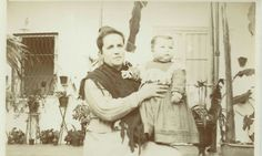 Señora sosteniendo a un niño pequeño