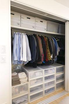 寝室のクローゼット。無印良品の衣装ケースを効率的に使用。ハンガーも同じブランドで揃えてすっきりさせている。