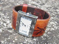 Dámský+kožený+pásek+-hodinky+hnědé+Náramok+je+vyrobený+z+pravej+kože+(+zákazková+výroba+)+Na+náramku+sú+ručne+vytlačené+kvetinové+vzory+Farba:+hnedá+Šírka:+3,5+cm+Dĺžka:+podľa+želania+Hodinky:+quartz+Hodinky+vyrobím+podľa+požiadavky+tak+aby+sedeli+na+vašu+ruku.+Pred+kúpou+mi+napíšte+správu+a+dohodneme+sa.