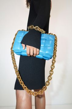 The complete Bottega Veneta Pre-Fall 2020 fashion show now on Vogue Runway. Edgy Shoes, Nylon Tote Bags, Leather Hobo Handbags, 2020 Fashion Trends, Leather Chain, Handbags Online, Bottega Veneta, Fashion Handbags, Fashion Show