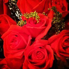Soy una mujer muy afortunada porque el hombre que yo amo me sorprende con detalles como estas rosas. Inesperadas bonitas y llenas de amor. Gracias @omarmanueco eres mi sol!