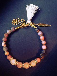 Bracelet femme fait main, composé de perles en agathes mats, de perles en quartz, de perles en métaux (sans nickel) et dun charms plume. Le bracelet est ajustable grâce à sa chainette. Il mesure 18cm au plus court et 22cm au plus long. Envoyé avec un emballage prêt à offrir. FRAIS DE PORT, très beau