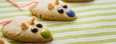Cookies aux cacahuètes 150 g de margarine ramollie 150 g de sucre semoule 4 cuillères à soupe de beurre de cacahuètes 150 g de cacahuètes non salées concassées 180 g de farine  Bonbons, morceaux de chocolat, fil à la fraise... pour la décoration