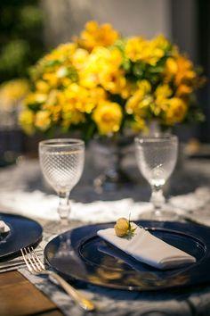 Decoração de casamento - Amarelo e azul - Detalhe guardanapo com flor ( Foto: Roberto Tamer | Decoração: Mariana Bassi )