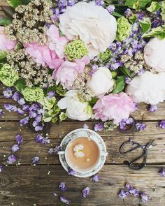 Flowers and tea never looked so good. | Photo: @clangart #regram