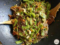 Délicieux légumes sautés au wok avec des pâtes au sarrasin sans gluten, recette végétale