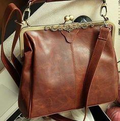 Bolsa couro sintético marrom, fecho ouro velho