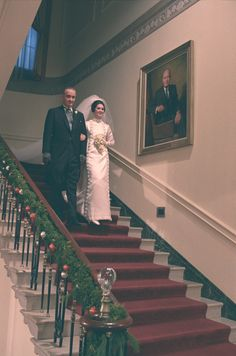 President Lyndon B. Johnson escorts bride Lynda Johnson down a White House staircase to the wedding ceremony. Presidents Wives, American Presidents, American History, Lyndon B Johnson, People Of Interest, First Daughter, Royal Weddings, Special People, Historical Photos