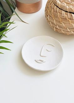 Store jewellery in style with a DIY minimal clay abstract face dish! Polymer Clay Crafts, Diy Clay, Diy With Clay, Diy Crafts Clay, Diy Jewellery Dish, Diy Jewelry, Jewelry Accessories, Diy Air Dry Clay, Air Drying Clay