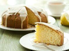 Tu desayuno será perfecto si la taza de café la acompañas de este esponjoso bizcocho de limón glaseado.