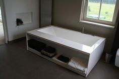 Strakke badkamer vrijstaand bad