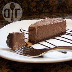 Cheesecake cru au chocolat @ allrecipes.fr Voilà une délicieuse recette de cheesecake sans cuisson, sans lactose, sans gluten et sans sucre raffiné. Il est fait avec des noix et des noix de cajou, des dattes, du cacao en poudre et de la banane, pour un résultat très crémeux, proche du vrai cheesecake, mais plus léger et moins riche.