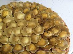 I fiori di pasta al pistacchio con gamberi e stracchino sono un primo piatto raffinato e particolare, ideale per stupire gli invitati nei giorni di festa e non solo. Fiori di pasta al pistacchio con gamberi e stracchino.  La ricetta completa la trovi qui --->  http://blog.cookaround.com/weddingplanneraifornelli/fiori-di-pasta-al-pistacchio-con-gamberi-e-stracchino/