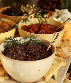 A receita de tapenade de três cores é um típico prato provençal perfeito para servir como entrada acompanhando torradas ou pães diversos. Veja nossas dicas!
