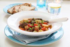 Gulasj er en tykk, kraftig suppe med mye smak, og som har aner fra Ungarn. Det er her viktig at kjøttet får stå å trekke vel og lenge, slik at det blir mørt og godt. Sammen med rikelig med rotfrukter, paprikapulver og frisk paprika blir dette en skikkelig høydare! Frisk, Beef, Dinner, Food, Hungary, Red Peppers, Meat, Suppers, Essen